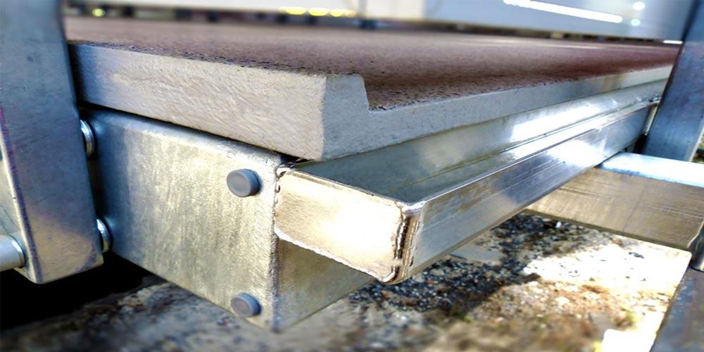 Balkonplatte aus Polymerbeton in der Detailansicht zur Entwässerung