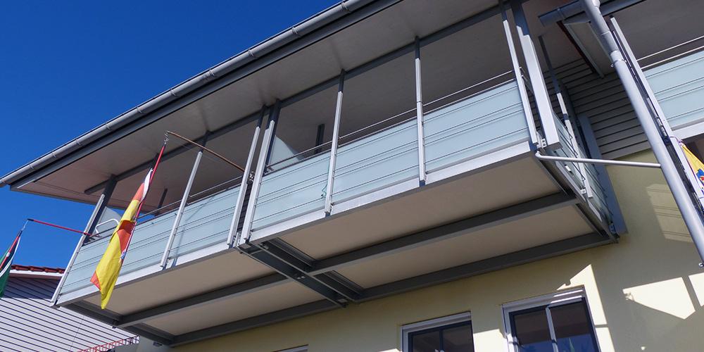 Balkon-mit-mineralit-Balkonbodenplatten