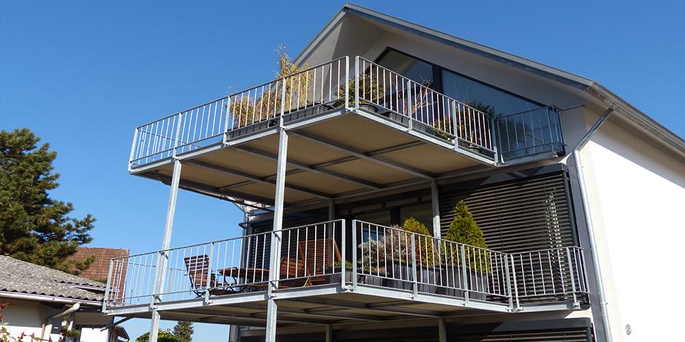 mineralit-Anstellbalkon-mit-Balkonplatten