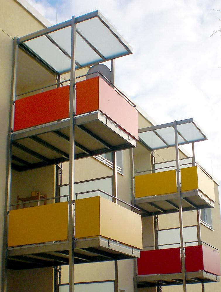 Balkonlösungen-mit-Vorstellbalkonen-aus-mineralit