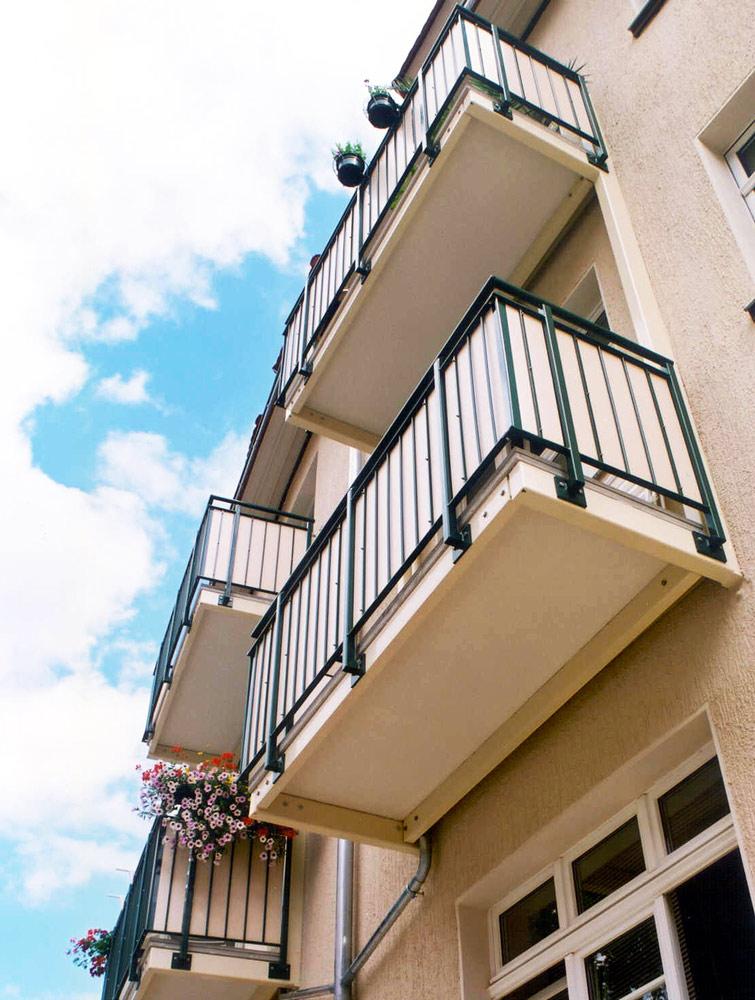 vorgehängte-Balkone-mit-mineralit-Plattenelementen