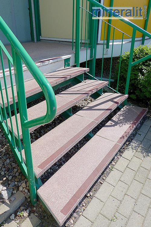 freitragende Treppenstufen aus Mineralit