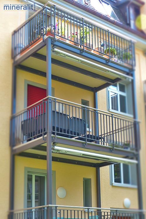 Balkonanbau mit Bodenplatten aus Mineralit