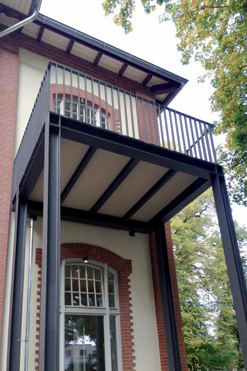 Balkon mit vorgestellter Unterkonstruktion für freitragende Balkonbodenplatten aus Mineralit