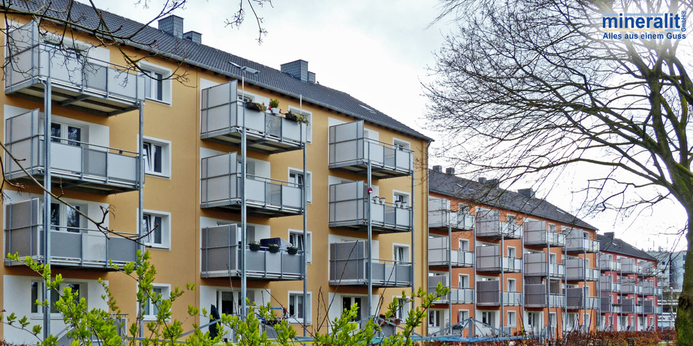 Neubaublöcke nach Sanierung mit vorgestellten Balkonanlagen