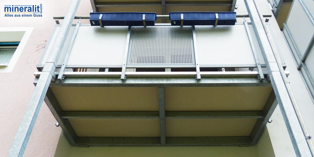 vorgestellte Balkonanlage von unten mit Blick auf Mineralit Balkonbodenplatte