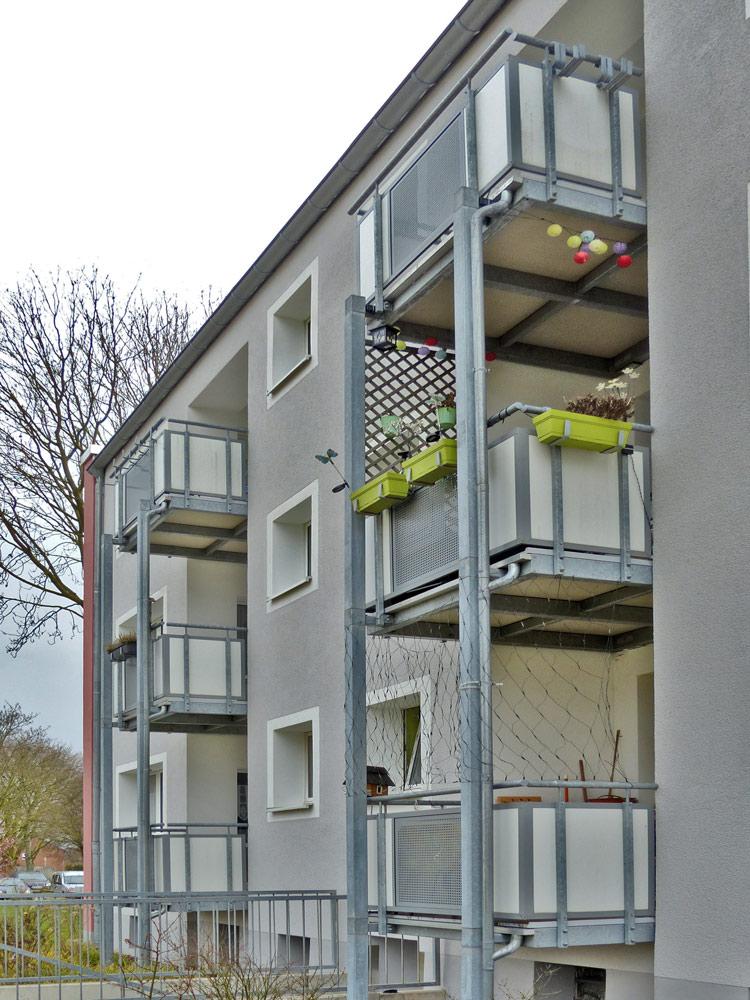 Balkonsanierung mit vorgestellten Balkonanlagen und Plattenelementen aus Polymerbeton