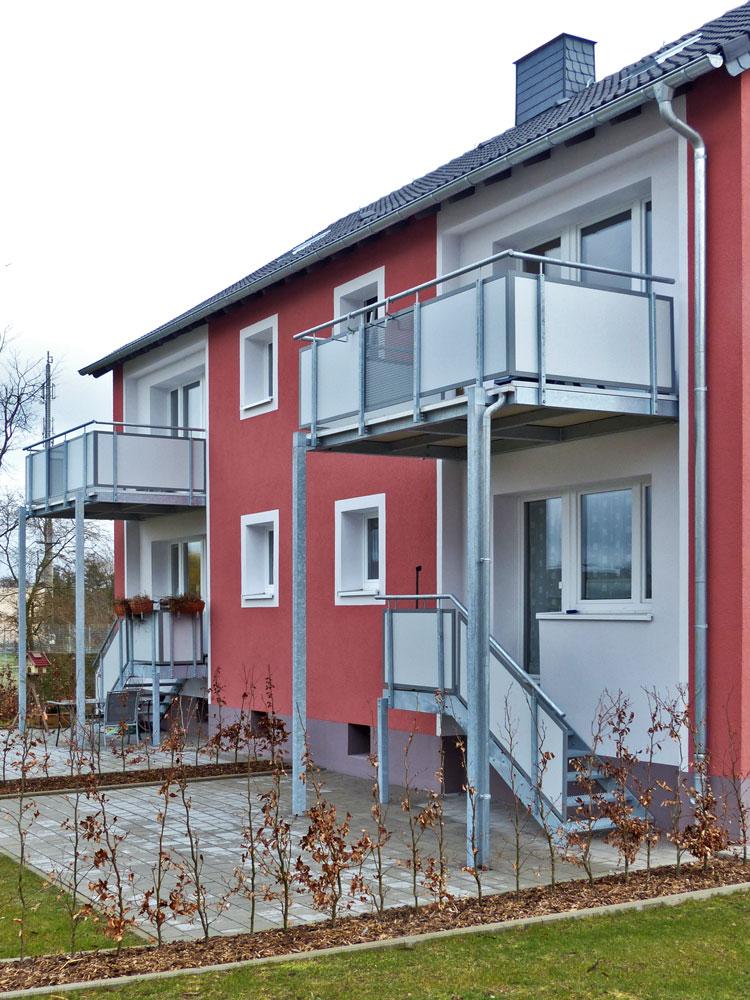Sanierung von Mehrfamilienhäusern mit vorgestellten Balkonkonstruktionen und freitragenden Balkonplatten aus Mineralit