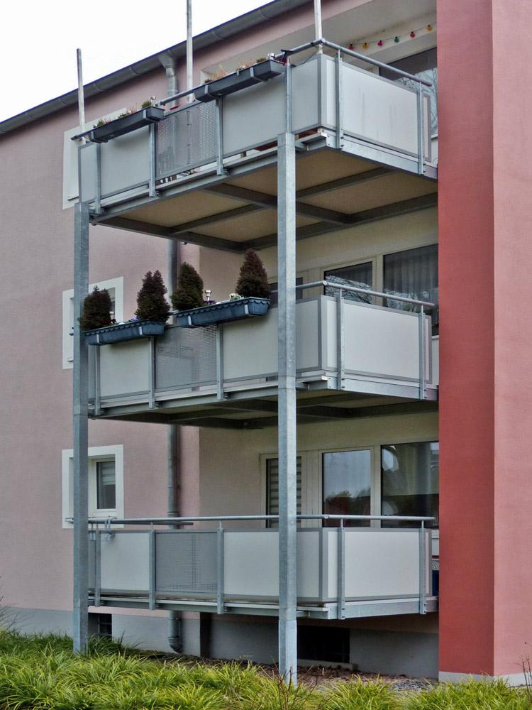 vorgestellte Balkonanlage mit freitragenden Balkonplatten aus Mineralit