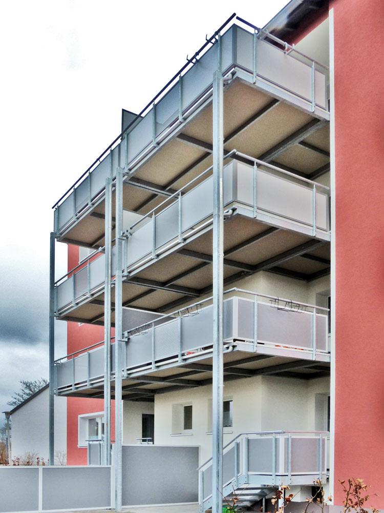 großformatige Balkonplatten aus Polymerbeton auf vorgestellter Balkonkonstruktion