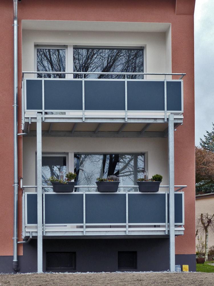 vorgestellte Balkonkonstruktion mit Balkonplatten aus Polymerbeton