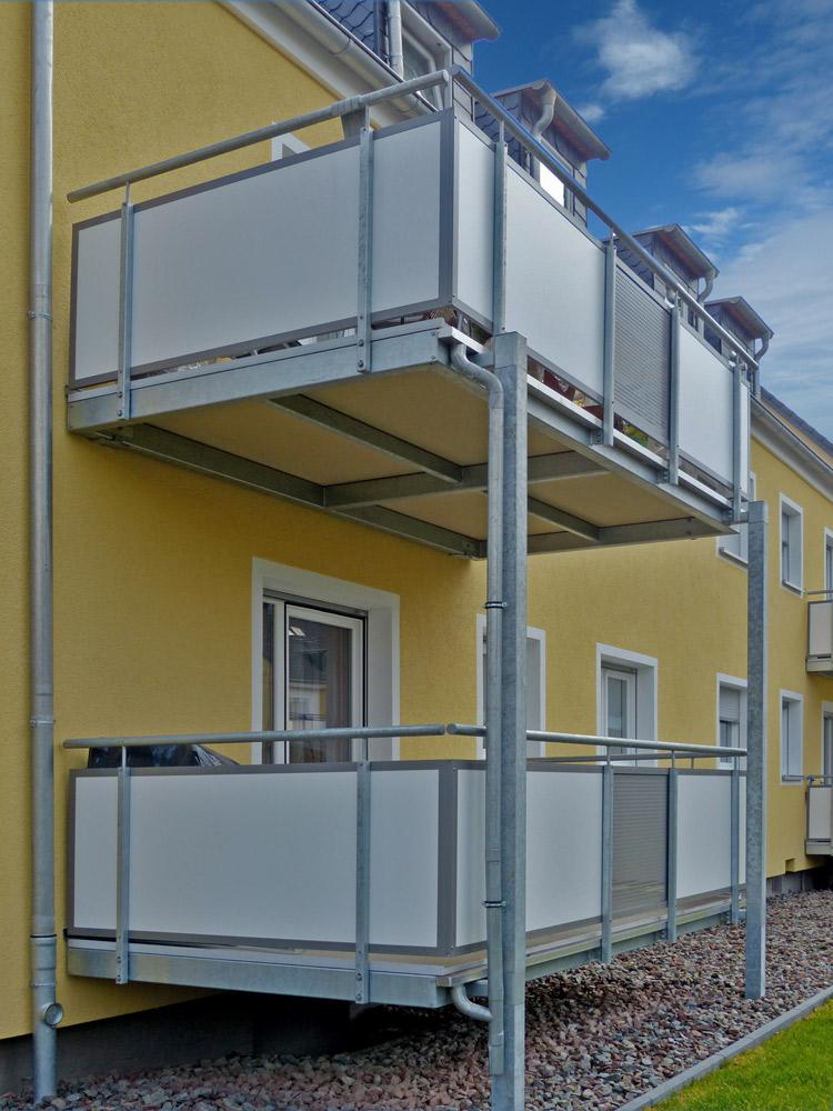 vorgestellte Balkonkonstruktion mit Balkonplatten aus Mineralit
