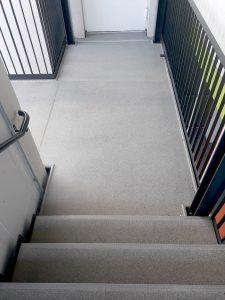 Laubengang mit Treppenaufgang